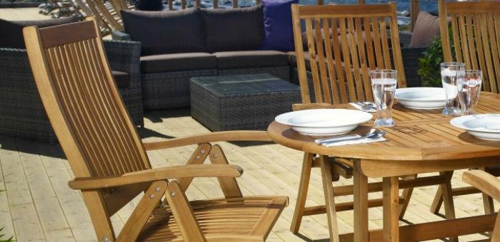 Drewniane meble ogrodowe – czas na wypoczynek